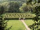 Celkový pohled na přírodní labyrint od pomníku Komenského.