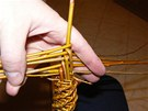 Při správném pletení se vám takto začne rýsovat budoucí podoba těla pomlázky.