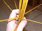 Ze šesti kratších proutků si po obvodu vytvořte vějíř.