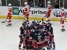 RADOSTNÝ CHUMEL. Hokejisté New York Rangers slaví vítězství, jejich protivníci