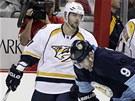Z KHL DO NHL. Alexandr Radulov (vlevo) si zvyká v jiné soutěži, V dresu Nashvillu v utkání proti Pittsburghu.