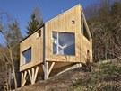 Nový dům má tvar šestiúhelníku, je osazený na dřevěných slloupech.