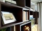 Knihovnu umístili designéři nad manželské  dvojlůžko.