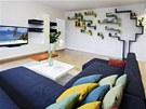 Barvy do interiéru vnášejí především doplňky. Celou jednu stěnu hlavního