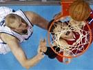 Blake Griffin z LA Clippers zakon�uje kolem Chrise Kamana z New Orleans.