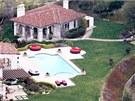 Součástí sídla je venkovní bazén a domek pro hosty.