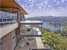 Luxusní vila leží u jezera v kopcích Hollywoodu a je z ní krásný výhled na