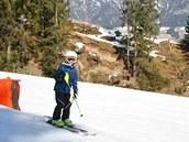 Jižní svahy se už zelenají, na severních pokračuje lyžařská sezona