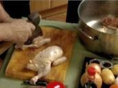 Kuře byste měli pomocí sekyry naporcovat zhruba na deset kousků a ty vložit na