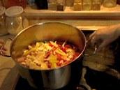 Ke kuřeti a zelenině přidejte přiměřené množství vody (aby bylo maso potopené)