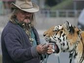 Jaromír Joo s tygřicí Boženkou na procházce před cirkusem.