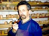 Pavel Háp ve své dílně. Na policích špalíčky dřeva, ze kterých vyráběl své