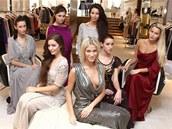 Finalistky �esk� Miss 2012 ve ve�ern�ch �atech britsk� zna�ky Temperley London