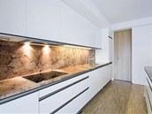 Chloubou kuchyně je dekorativní žulová pracovní deska. Zdroj: www.mujdum.cz