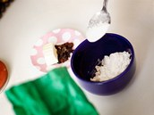 """Z""""droždí, lžíce cukru, vlažného mléka a dvou lžic mouky připravte kvásek a"""