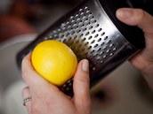 Citronovou kůru jemně nastrouhejte jen z chemicky neošetřeného citronu.