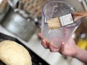 Potření připraveného bochánku náhražkou rozmíchanou s vodou.