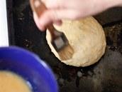 Potření připraveného bochánku rozšlehaným vejcem.
