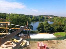 Pohled na rybník z balkonu rozestavěného bytu, součastí nového areálu je i