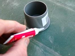 Nejdříve jsme obě styčné plochy natřeli akvitátorem přiloženým k lepidlu, pak