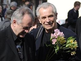 Režisér Ivan Rajmont s Aloisem Švehlíkem (vpravo) na pohřbu Bronislava Poloczka