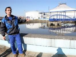 Pracovník Moravské vodárenské v Malenovicích Radek Machů popisuje návštěvníkům