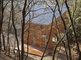 Nad půdorysem původní chaty, z níž zůstala zachována pouze garáž, vznikl malý
