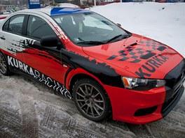 Kurka Racing - design je postavený na agresivní červené barvě.