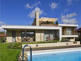 Společná obývací část s krytou terasou je umístěna v úrovni zahrady a navazuje