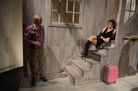 Z inscenace Divadla Kalich Na mělčině (Miroslav Vladyka, Barbora Munzarová)