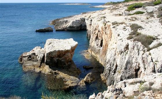 Zdejší rozeklané útesy ukrývají několik podmořských jeskyní.