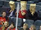 POSTRAŠÍME SOUPEŘE. Tři fanoušci Calgary Flames sledovali závěrečnou třetinu