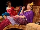 Z inscenace Divadla Kalich Na mělčině (Barbora Munzarová, Sabina Remundová)