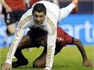 KRKOLOMN� POZICE. Cristiano Ronaldo z Realu Madrid (v b�l�m) pad� na Roversia