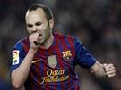 OSLAVN� GESTO. Andr�s Iniesta z Barcelony oslavuje sv�j g�l.