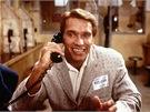 Schwarzenegger a DeVito ve filmu Dvojčata