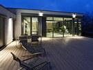 Na prostorné terase, na kterou navazuje také velká předzahrádka, majitelé rádi