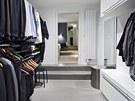 Ukládání oblečení je vyřešeno prostornými šatnami navazujícími na ložnici.