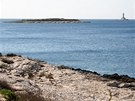 Blízký ostrůvek Fenoliga se může pochlubit více než stovkou dinosauřích otisků.