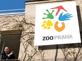 Ředitel pražské zoo Miroslav Bobek představuje její nové logo.