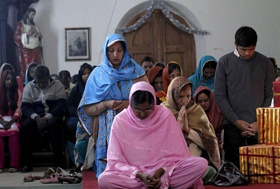 Pákistánští křesťané při božíhodové mši v Rawalpindi (25. prosince 2010)