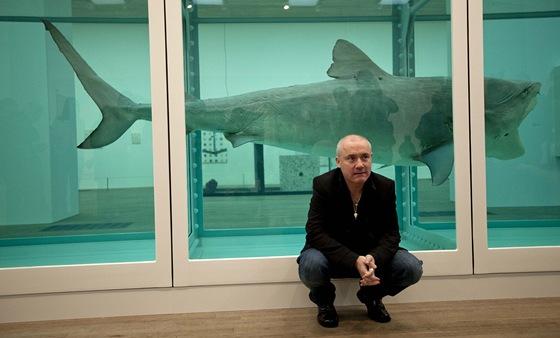 Damien Hirst před svým ikonickým žralokem ve formaldehydu.