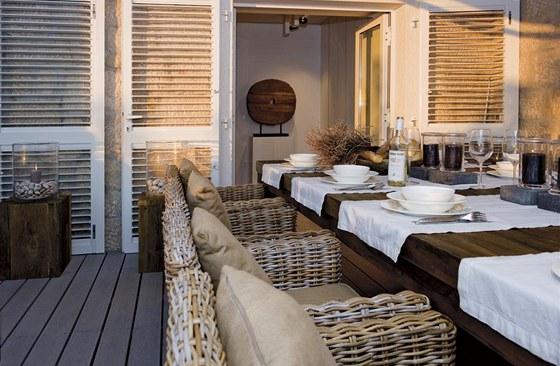 Venkovní terasa je vybavena masivním nábytkem značky Sempre.