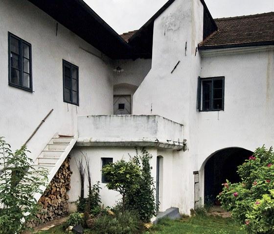 Dům při pohledu ze zahrady. Zleva pak na něj navazuje stará sýpka.