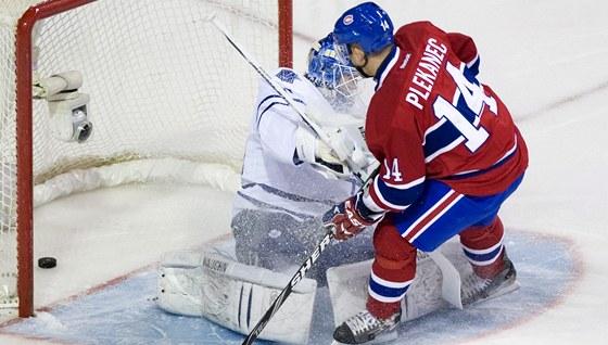 Tomáš Plekanec z Montrealu překonává gólmana Bena Scrivense z Toronta.
