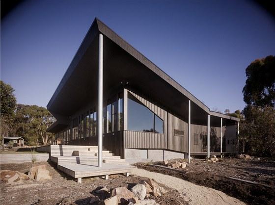 Dům je schopný nezávisle fungovat i bez obecních sítí vody, plynu, kanalizace a