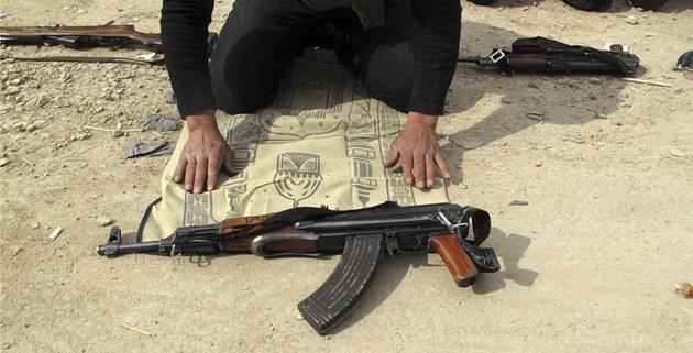 P�íslu�níci Syrské osvobozenecké armády se modlí na p�edm�stí Dama�ku (31.