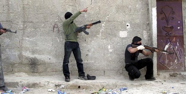 Vojáci Syrské osvobozenecké armády trénují na p�edm�stí Dama�ku  (31. b�ezna