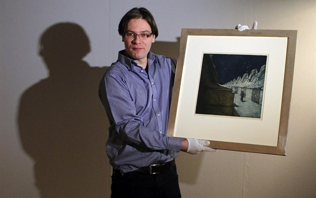 Sběratel Patrik Šimon ukazuje obraz Františka Kupky.