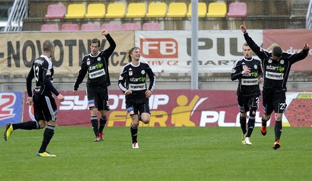 Fotbalisté P�íbrami se radují z jednoho ze �ty� gólu do sít� Jablonce.